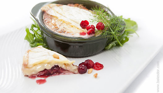 Baked Brie with Canneberges Québec cranberry sauce